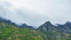 Wolken over de berg, tijdtijdspanne stock video