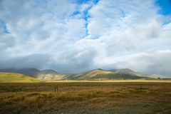 Wolken over de bergen in NZ Stock Foto's