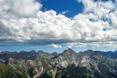 Wolken over de bergen van Siberië Royalty-vrije Stock Foto's