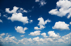 Wolken over de blauwe hemel royalty-vrije stock foto