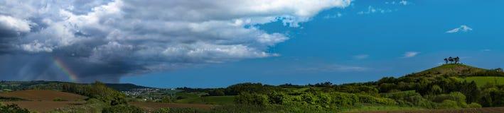 Wolken over de boom bedekte Heuvel van Colmer, Dorset royalty-vrije stock foto's
