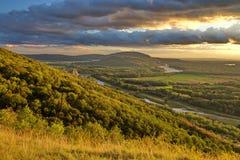 Wolken over de bossen en de landbouwgrond in de recente zomer, Oostenrijk stock foto's
