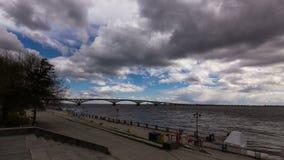 Wolken over de dijk van de Volga Rivier stock videobeelden