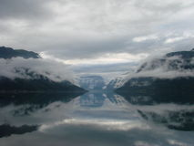 Wolken over de fjord Stock Fotografie