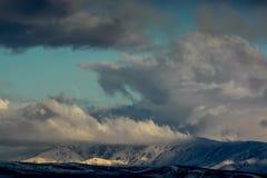 Wolken over de heuvel Aard van Kazachstan stock fotografie