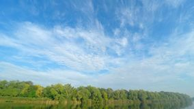 Wolken over de rivier stock footage
