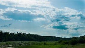Wolken over de rivier stock footage