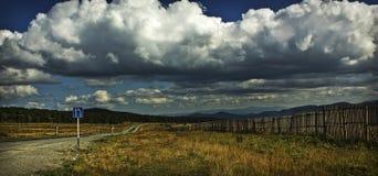 Wolken over de Seminsky-pas stock afbeelding