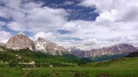 Wolken over een Alpiene Vallei Geschoten op Canon 5D Mark II met Eerste l-Lenzen stock video