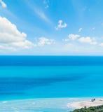 Wolken over het blauwe overzees van Stintino royalty-vrije stock fotografie