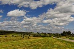 Wolken over het gebied op een zonnige dag Stock Foto