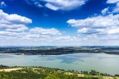Wolken over het meer Royalty-vrije Stock Foto's
