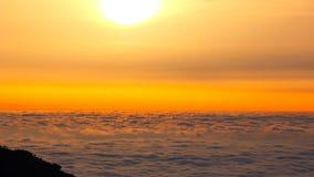 Wolken over het overzees bij zonsopgang stock footage