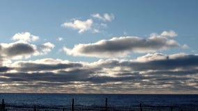 Wolken over meer stock video