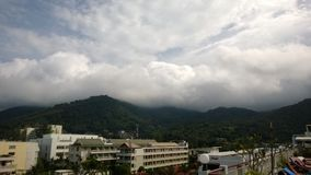 Wolken over Phuket-heuvels Thailand royalty-vrije stock fotografie
