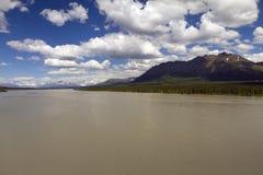 Wolken over rivier royalty-vrije stock afbeeldingen