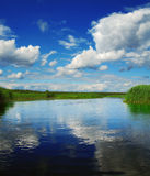 Wolken over rivier Stock Foto