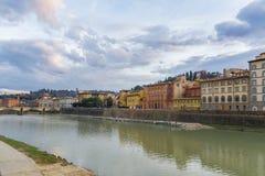 Wolken over rivier Arno, Florence Stock Fotografie