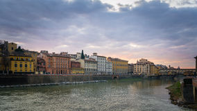 Wolken over rivier Arno, Florence Stock Foto's