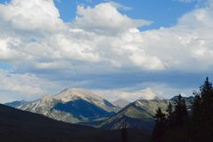 Wolken over Rocky Mountains van McClue-Pas royalty-vrije stock foto