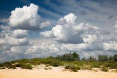 Wolken over strand Stock Afbeeldingen