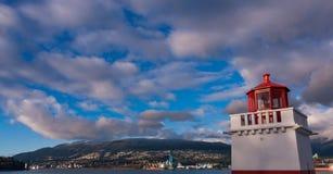 Wolken over vuurtoren met brug op achtergrond Royalty-vrije Stock Foto's