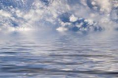 Wolken over water Stock Afbeelding