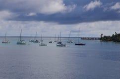 Wolken, overzees en hemel en zeilboten in de Stille Zuidzee Royalty-vrije Stock Afbeeldingen