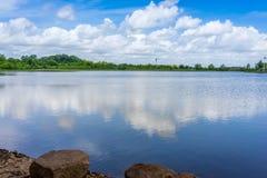 Wolken reflektieren sich in Texas Pond lizenzfreies stockbild