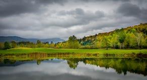 Wolken in reflektierendem Teich Stockbild