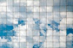 Wolken reflektiert Lizenzfreies Stockbild
