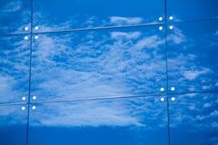 Wolken reflektiert in den Fenstern des modernen Bürogebäudes Lizenzfreie Stockbilder