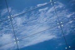 Wolken reflektiert in den Fenstern des modernen Bürogebäudes Stockfotos