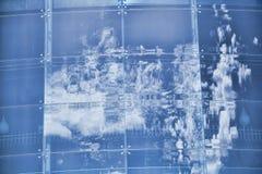 Wolken reflektiert in den Fenstern des modernen Bürogebäudes Stockfotografie