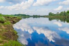 Wolken reflektiert im Fluss Mologa Stockfoto