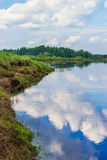 Wolken reflektiert im Fluss Mologa Stockfotos