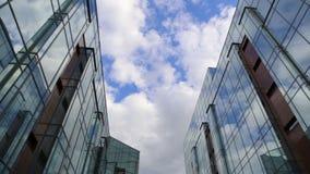 Wolken reflektiert in widergespiegelten Wänden stock footage