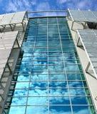 Wolken reflektierten sich in den Fenstern Stockfotos