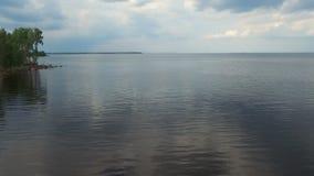 Wolken-Reflexion in einem Fluss stock footage