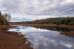 Wolken-Reflexion im Strom in Maine Stockbilder