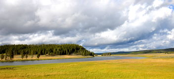 Wolken, rivier en weiden in Geel Steen Nationaal Park Stock Foto's