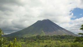 Wolken rond vulcano Arenal in Costa Rica
