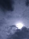 Wolken schlucken die Sonne Stockfotografie