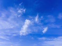 Wolken schwammen über den blauen Himmel lizenzfreies stockfoto