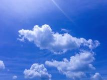 Wolken schwammen über den blauen Himmel lizenzfreies stockbild