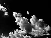 Wolken Schwarzer Hintergrund Lokalisierte weiße Wolken auf schwarzem Himmel Satz lokalisierte Wolken über schwarzem Hintergrund V Stockfotos