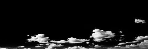 Wolken Schwarzer Hintergrund Lokalisierte weiße Wolken auf schwarzem Himmel Satz lokalisierte Wolken über schwarzem Hintergrund V Stockbild