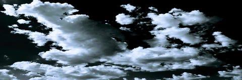 Wolken Schwarzer Hintergrund Lokalisierte weiße Wolken auf schwarzem Himmel Satz lokalisierte Wolken über schwarzem Hintergrund V Stockfotografie