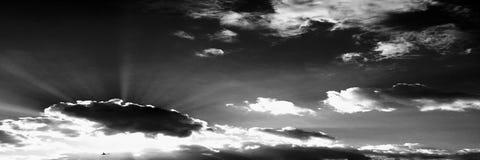Wolken Schwarzer Hintergrund Lokalisierte weiße Wolken auf schwarzem Himmel Satz lokalisierte Wolken über schwarzem Hintergrund V Stockfoto