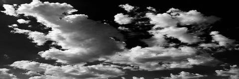 Wolken Schwarzer Hintergrund Lokalisierte weiße Wolken auf schwarzem Himmel Satz lokalisierte Wolken über schwarzem Hintergrund V Lizenzfreie Stockfotografie